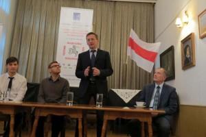 Alaksandr Lahviniec podczas dyskusji Białoruś po Ukrainie