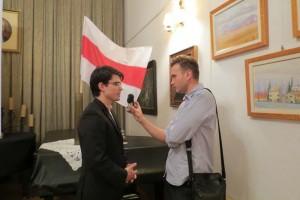 Aleksandr Aliechnowicz podczas wywiadu z Radio Racja